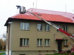 Antikorozní nátěr plechové střechy z pracovní plošiny ( Plzeňský kraj okres Klatovy)