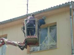 Nátěr břizolitové omítky, zakrytí oken malířskou folií, použití fasádních barev ( Středočeský kraj okres Příbram)