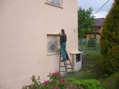 Nátěr rámečků kolem oken fasádními barvami, zakrytí oken krycí plachtou ( Jihočeský kraj okres České Budějovice)