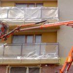 Renovace fasády, zakrytí balkonů pomocí zakrývací folie, práce z pracovních plošin ( Plzeňský kraj okras Domažlice)