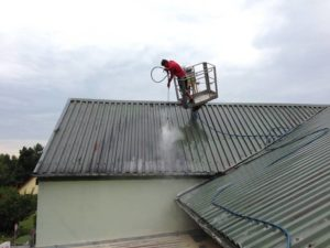 Vyčištění plechové střechy od nečistot ( kraj Vysočina okres Pelhřimov)