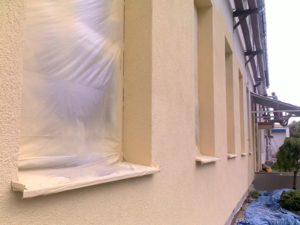 Aplikace fasádních barev a zakrytí oken objektu malířskou folií ( Jihočeský kraj okres Český Krumlov)